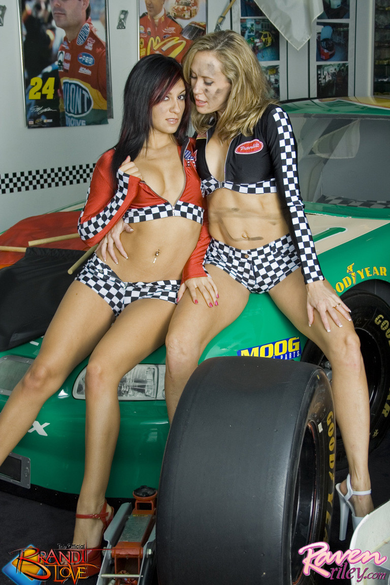Брэнди Лав и Рэйвен Рили позируют на фоне красивой машины, а затем показывают красивые лесби-ласки