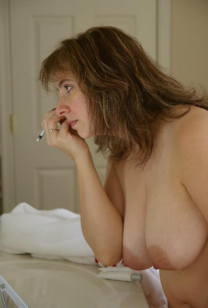 Полная женщина делает педикюр, красит губы и при этом, словно невзначай, светит своей пиздой