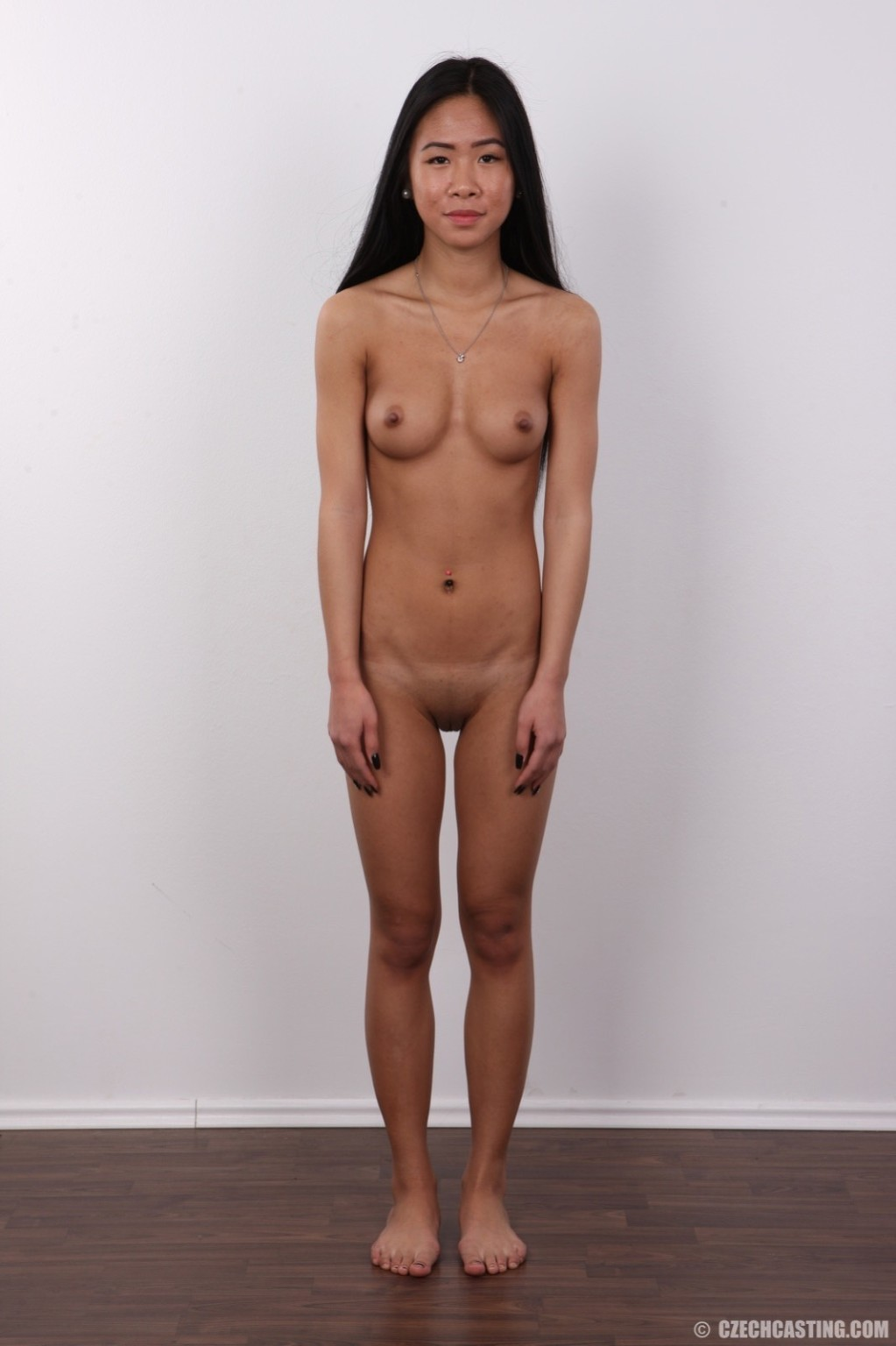 Стройная молодая азиатка приходит на кастинг и раздевается, чтобы дать заснять свое красивое тело