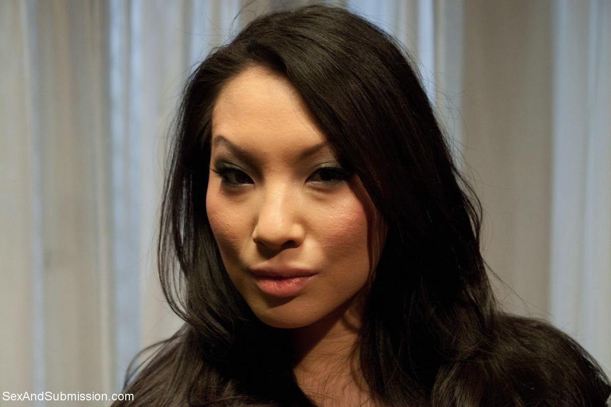 Аса Акира – настоящая профессионалка в мире азиатской порноиндустрии и готова доказывать это постоянно