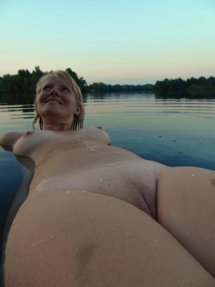 Линда обожает купаться, при этом не стесняется раздеваться догола и позировать перед камерой
