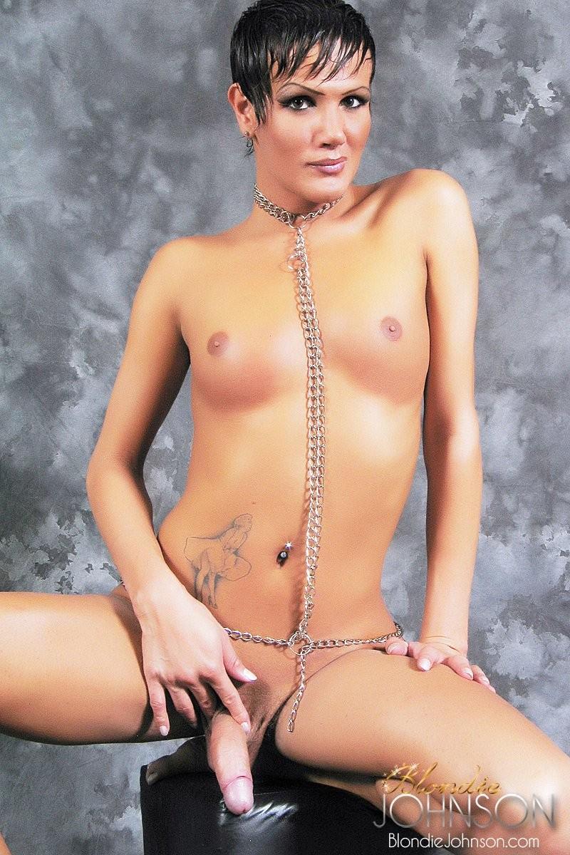 Блонди Джонсон мечтает о том, чтобы его заковали цепями и заставляли вытворять всякие пошлые вещи