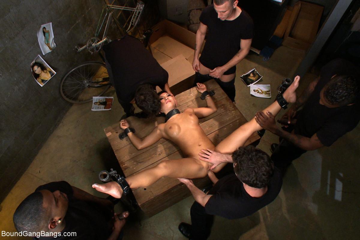 Аса Акира идет на встречу с шантажистами и позволяет им жестко оттрахать себя во все щели, кончив густой спермой