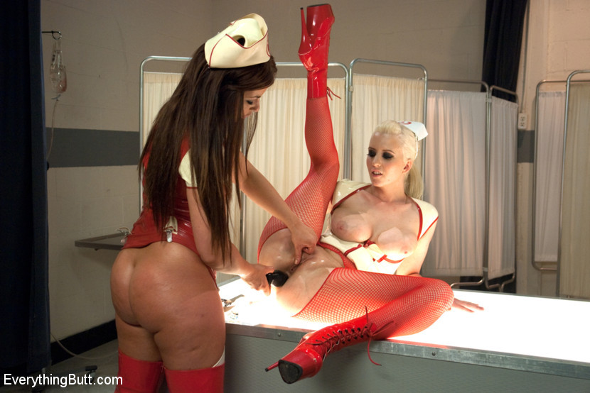 Черри Терн и ее подруга Миа Годелись в костюмы медсестер и трахают друг друга страпонами