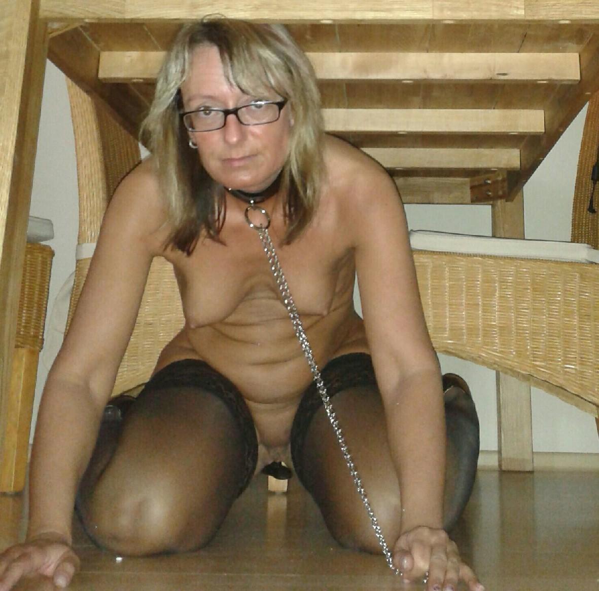 Развратница одевает на себя чулки и ошейник с поводком, показывая всю свою сексуальность и похоть