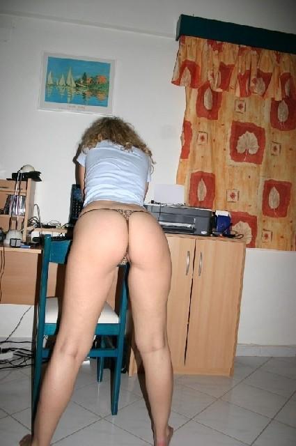 Игривая блондинка всегда не против эротической фотосессии - и дома во время секса, и на пляже