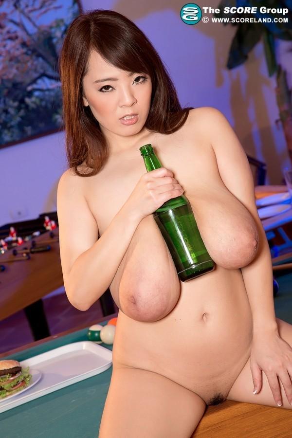 Пьяная азиатская порнозвезда Хитоми Танака с большой грудью мастурбирует и не стесняется