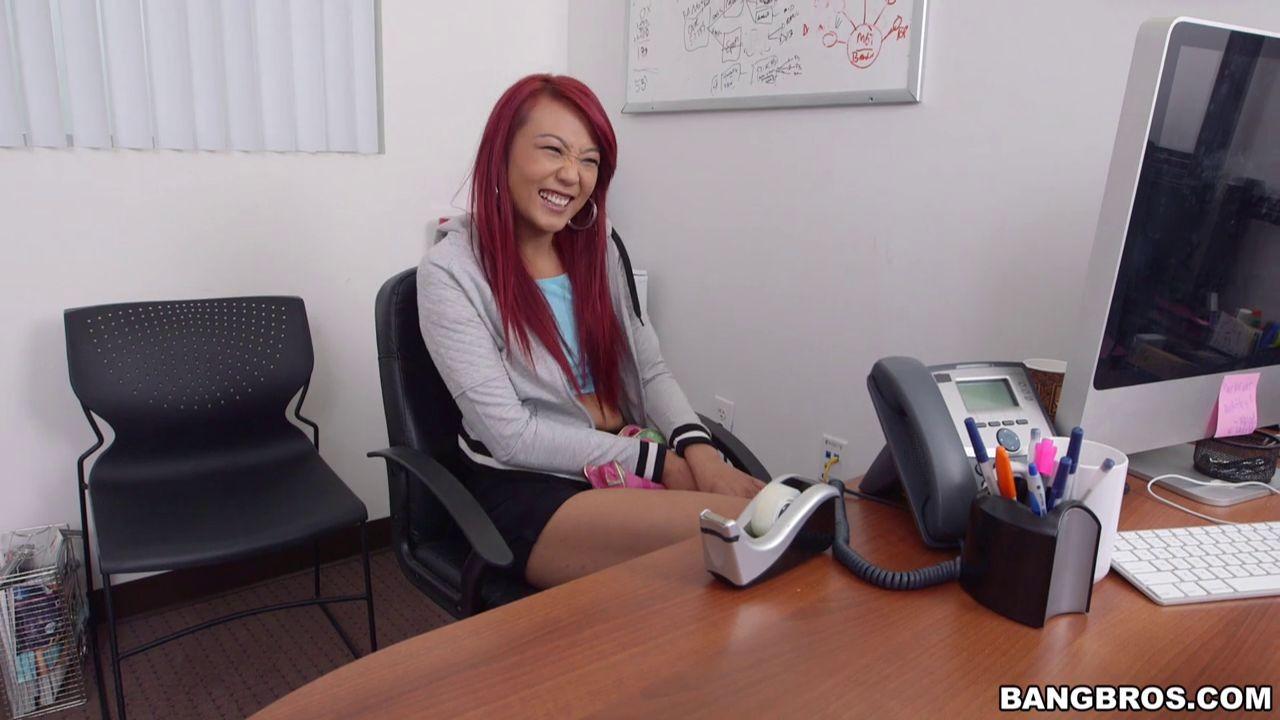Мико Дэй – азиатка с яркими волосами, которая с удовольствием сосет, а потом подставляет пизду