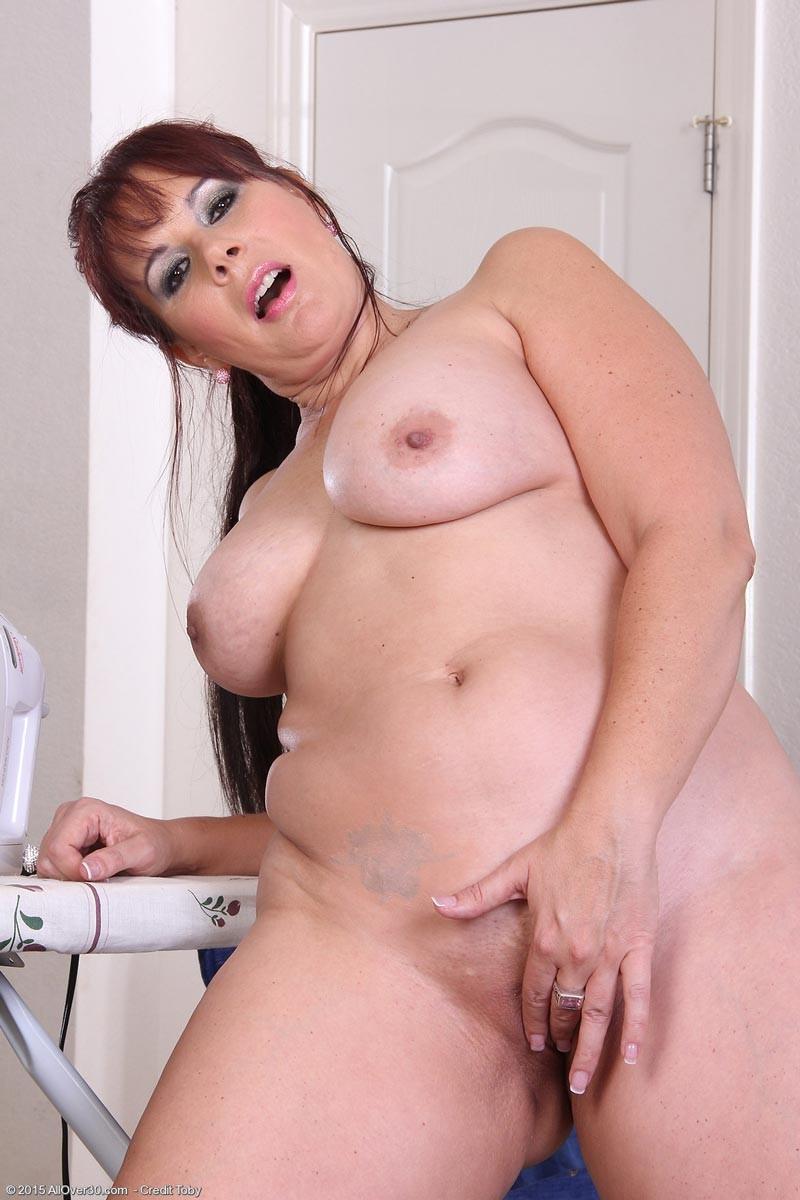 Толстенькая мадам показывает свою большую грудь и мохнатую пизду