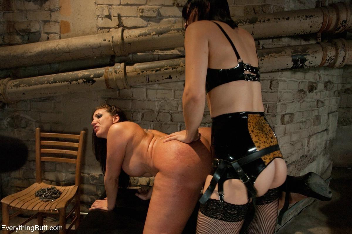 Одну девушку разрывают два члена - страпон в пизде и настоящий мужской член в анусе