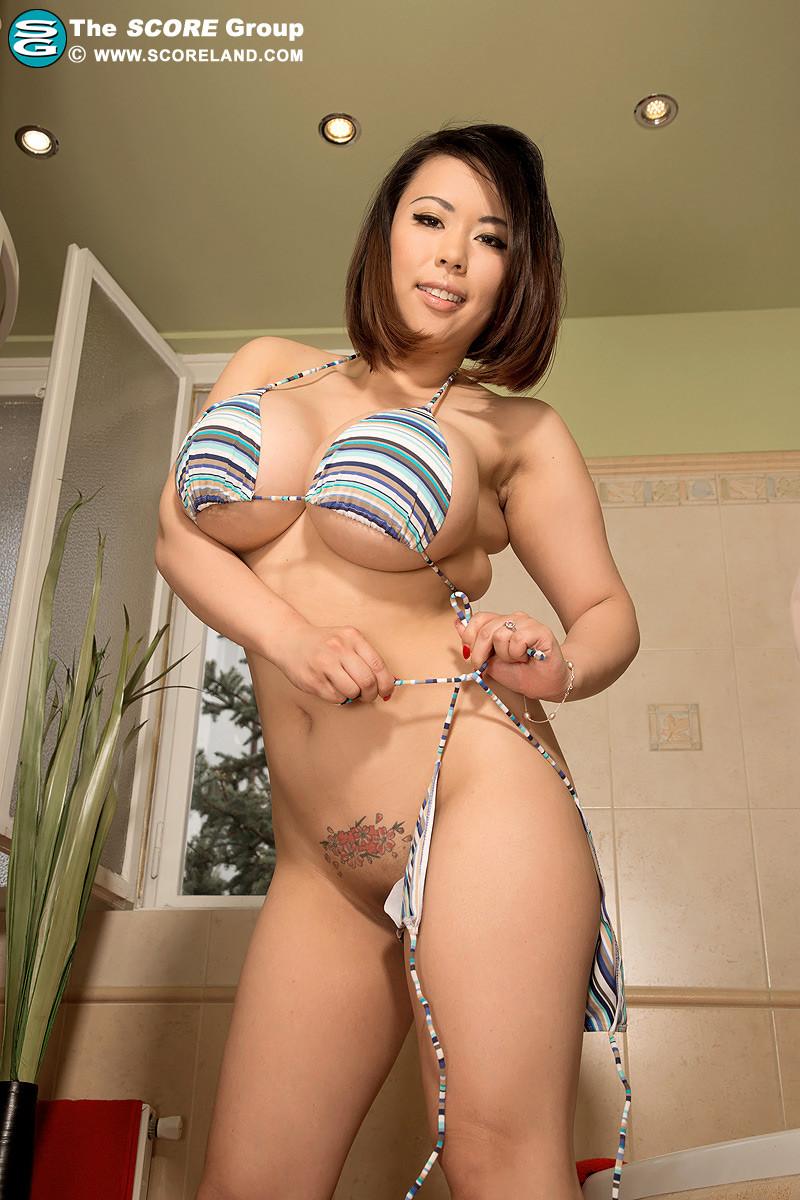 Тигерр Бэнсон – азиатка с огромную грудью, которую она всегда старается подчеркнуть с помощью одежды