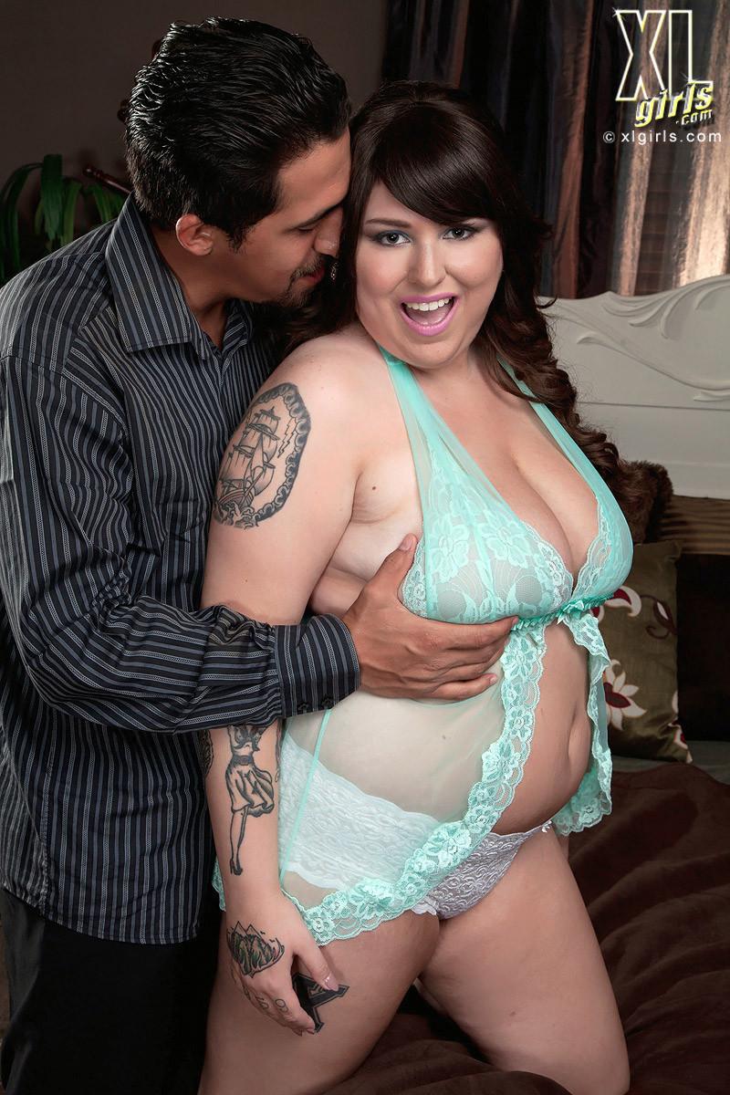 Жирная брюнетка остается очень довольна, что разгоряченный самец решает ее полапать и присунуть между грудей