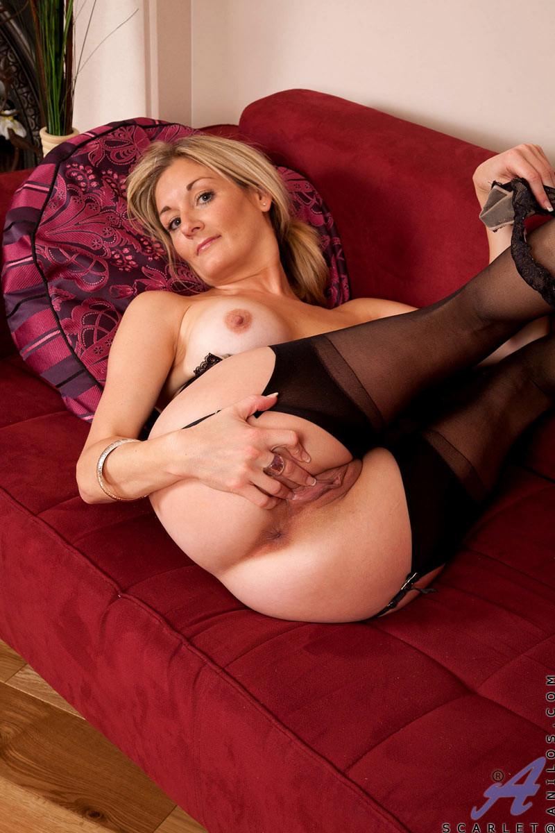 Блондинка неимоверно возбуждается от ярких тонов ее спальни, поэтому решает расслабиться с игрушкой в киске