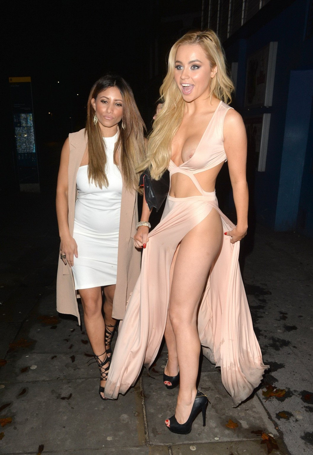 Мелисса Ривес ходит по клубах в просто ошеломляюще откровенных платьях из-под которых торчат сиськи
