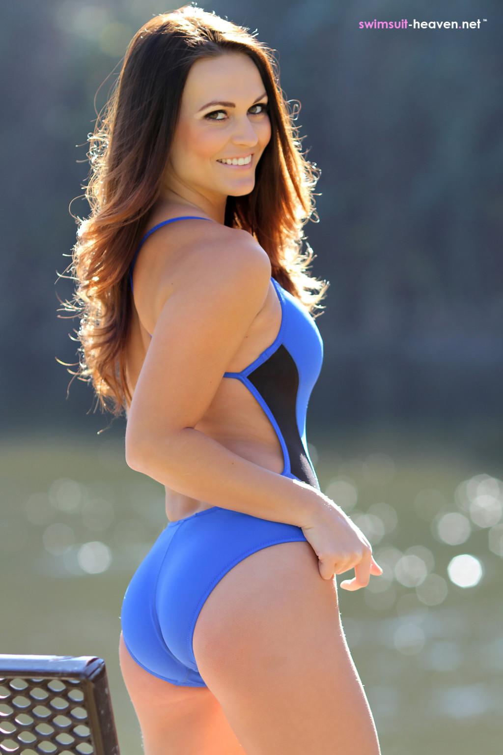 Красивые девушки выгибаются, как умеют, показывая свои эффектные тела в слитных купальниках