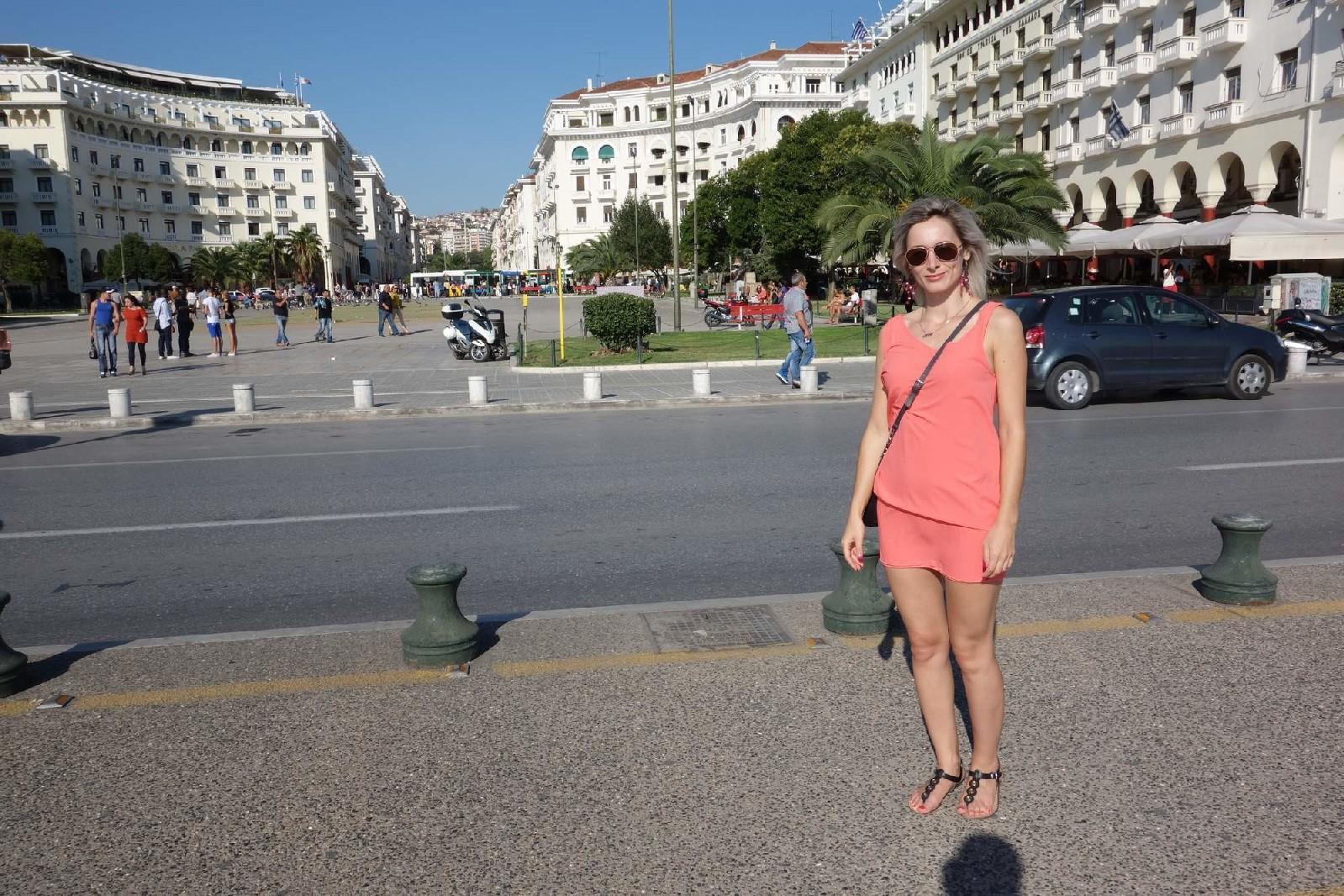 Пара отдыхает в Греции и не упускает возможность пополнить свою домашнюю коллекцию новыми снимками
