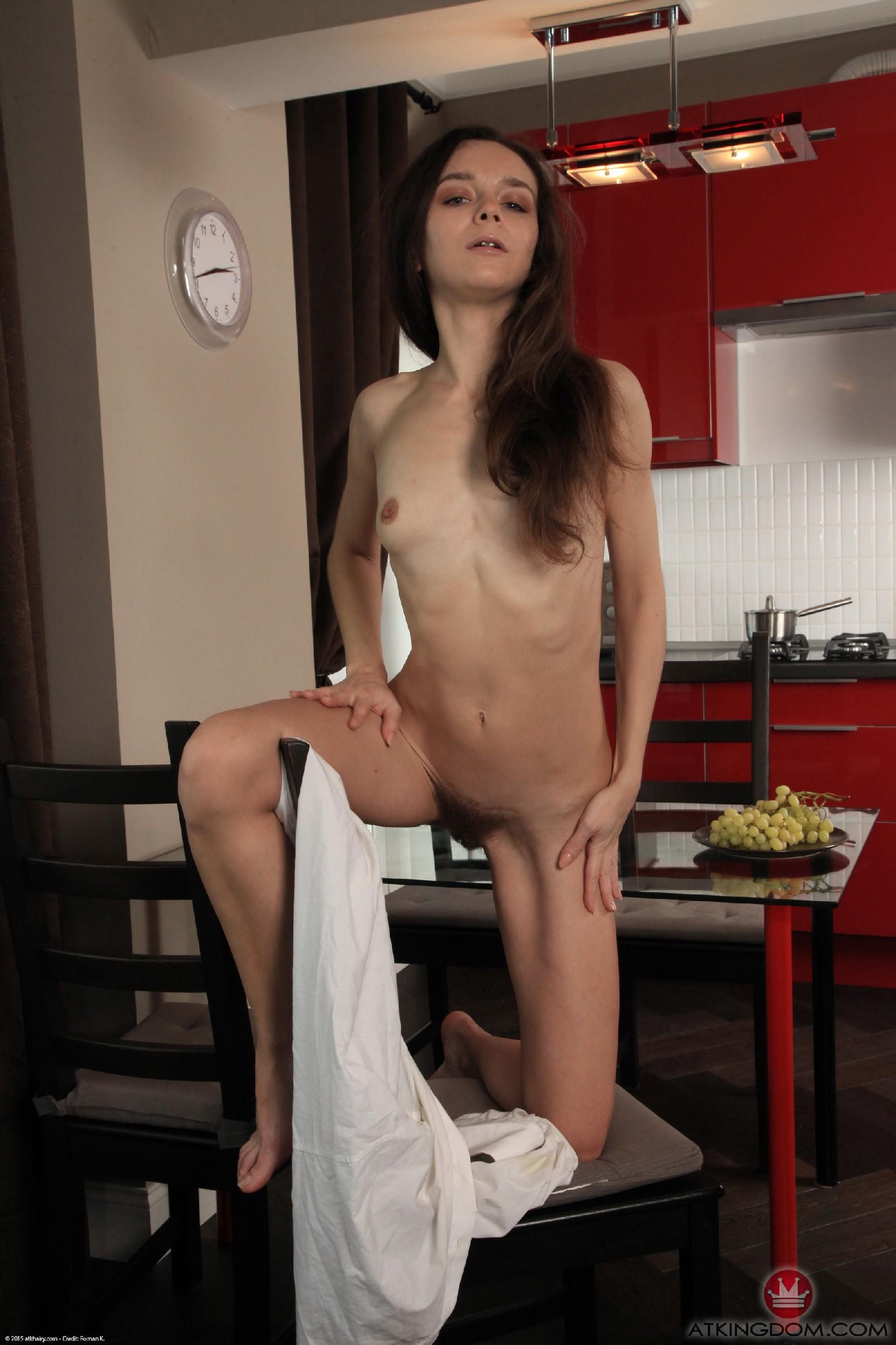 Сюзанна раздевается на кухне и показывает густую растительность у себя между ножек