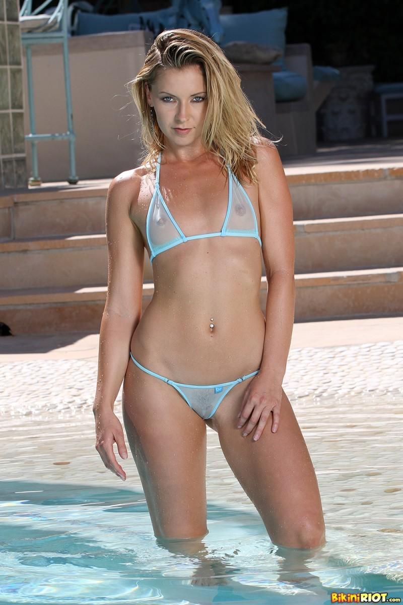 Лена Николь выходит из бассейна, чтобы снять бикини и показать свою идеальную фигуру без одежды