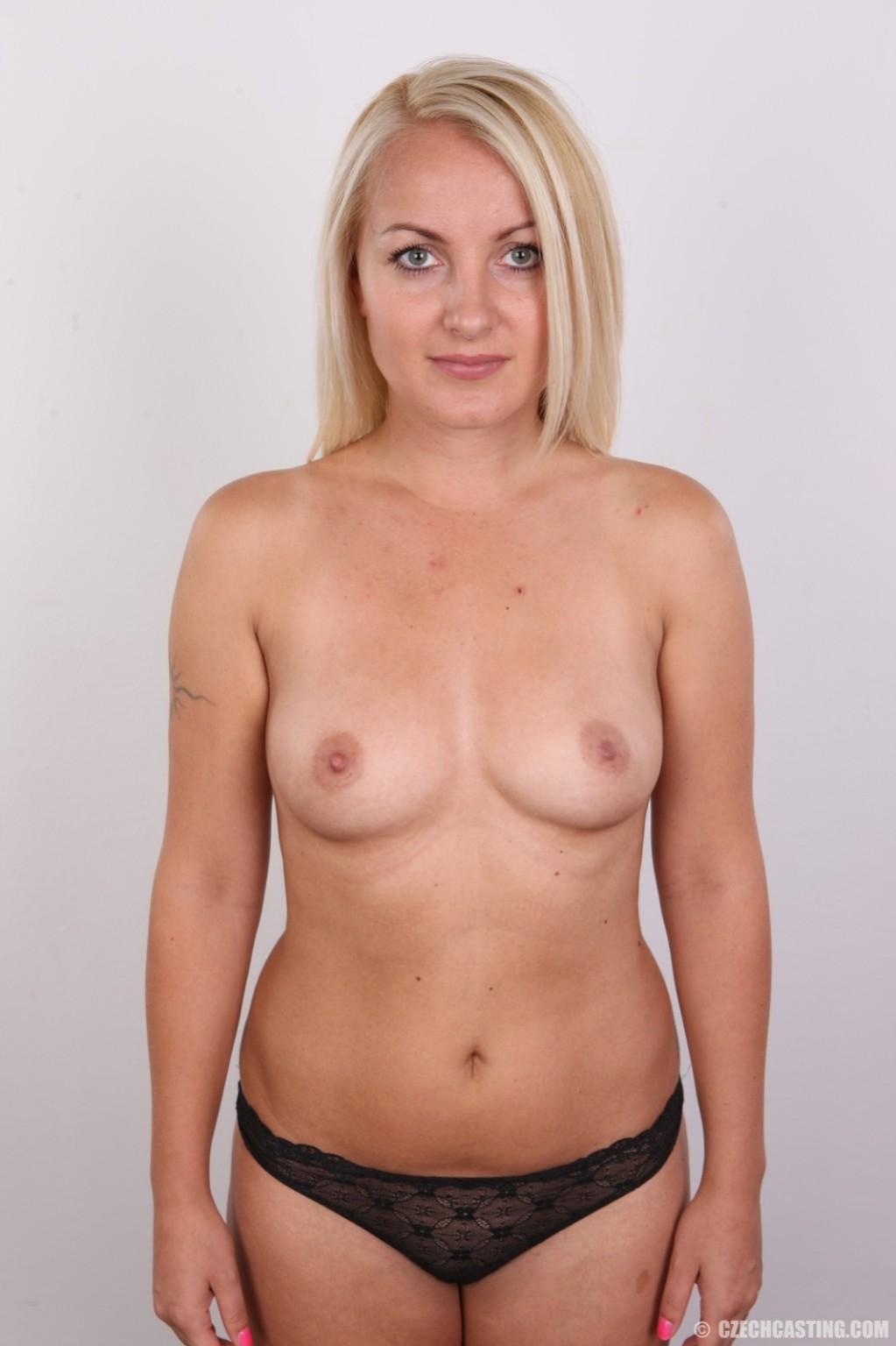 Блонда с рисунком бабочки на спине имеет неплохие формы, ее пизденка тоже весьма неплоха