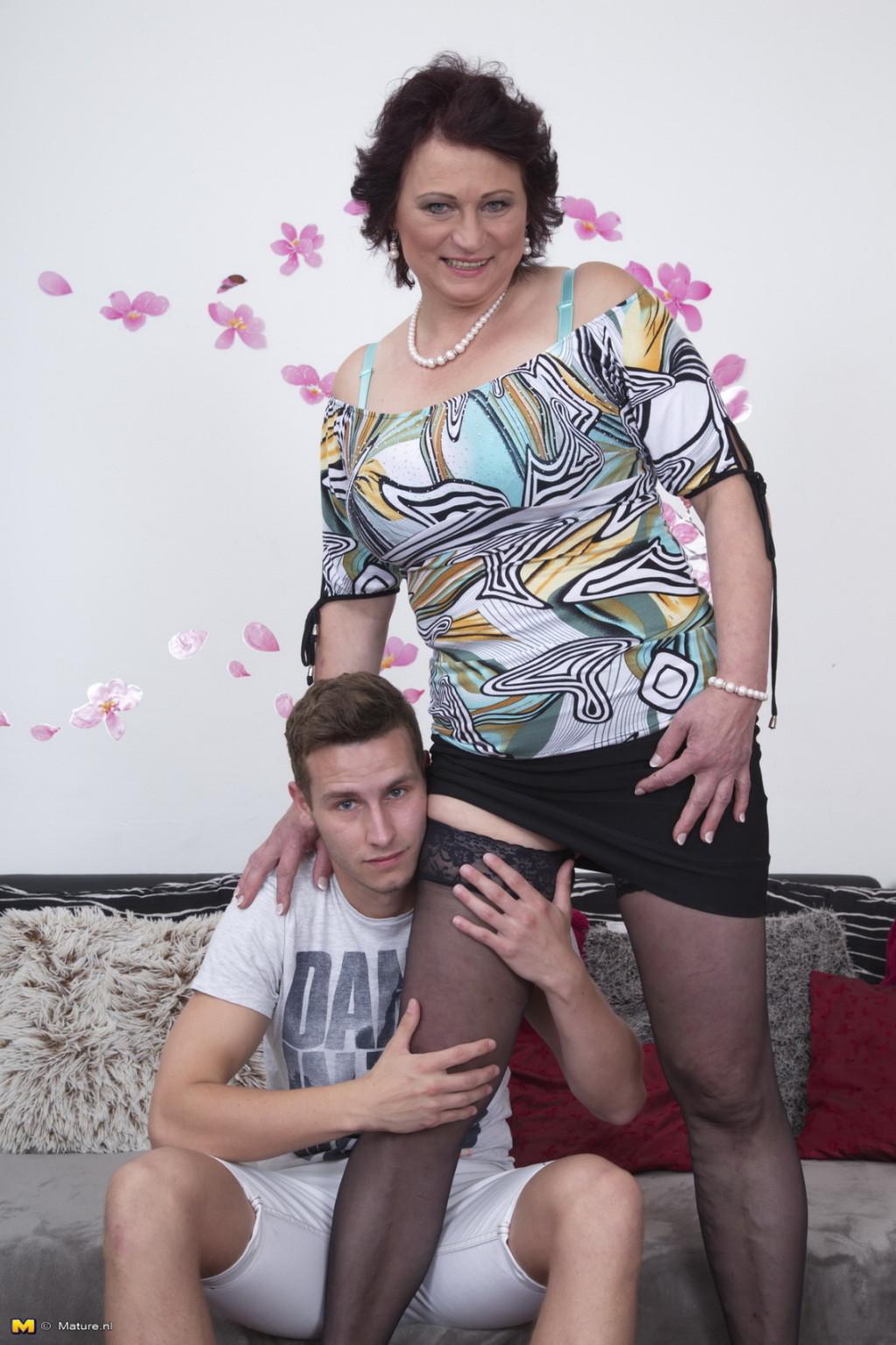 Зрелая женщина разрешает себя облапать молодому человеку и проявляет интерес к его члену
