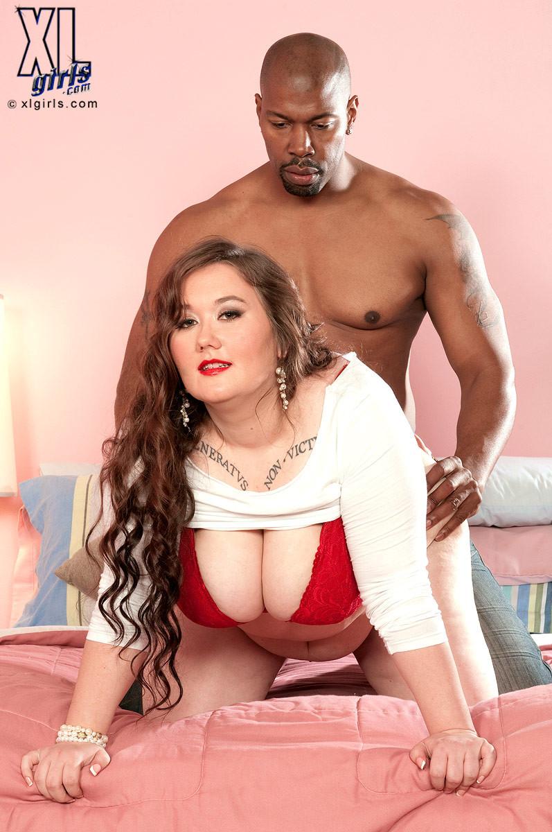 Лилли Блю показывает свое пышное тело чернокожему самцу и разрешает себя полапать во всех местах