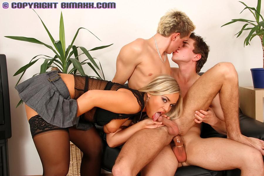 блондинка и бисексуалы смотреть онлайн