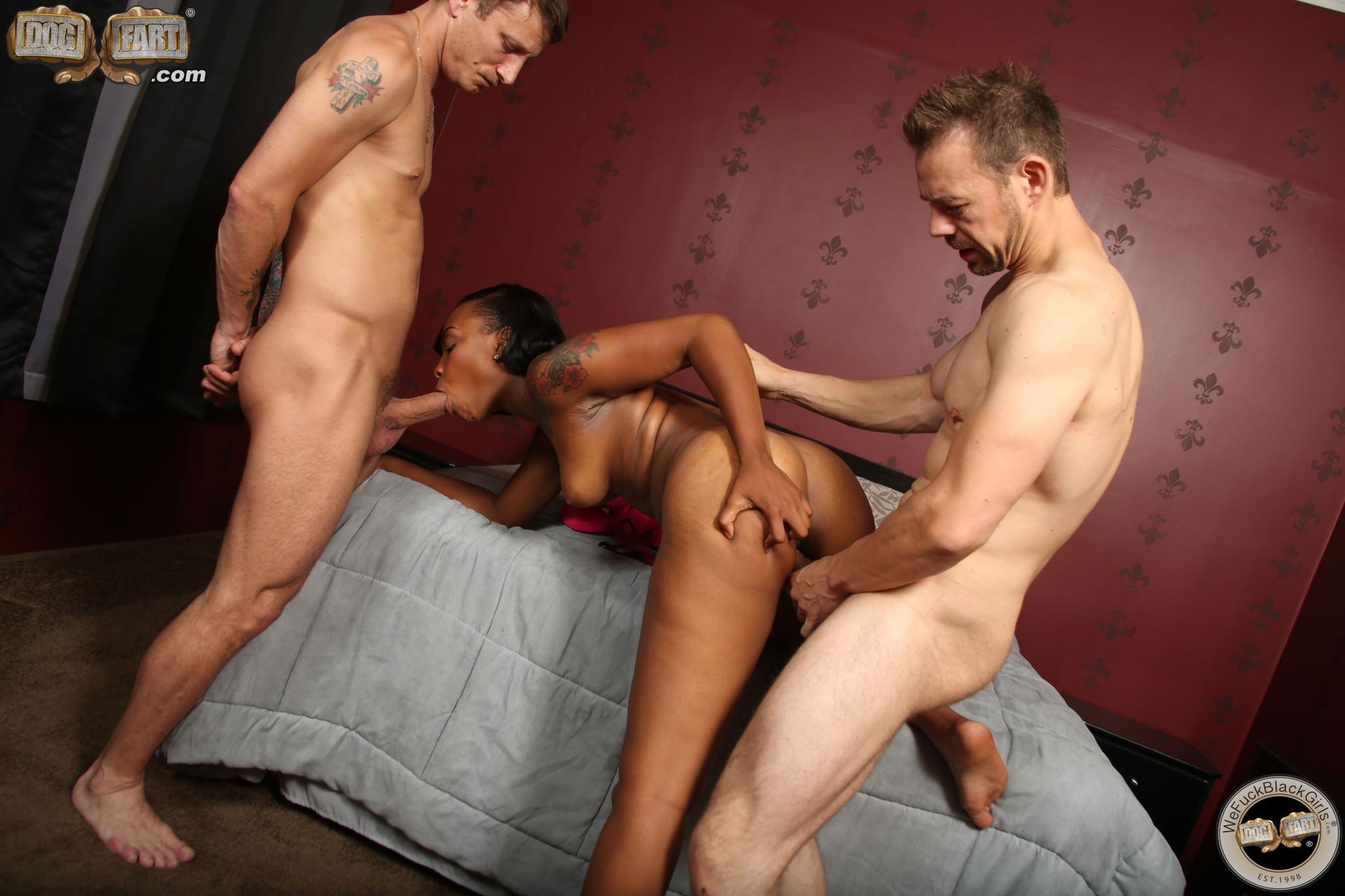 Никки Форд отдается сразу двум мужчинам, и они устраивают ей мощную прочистку всех щелей
