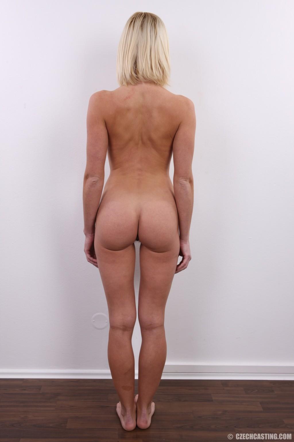 Улыбчивой блондинке приходится снять все, чтоб показать, что она достойна желаемой работы