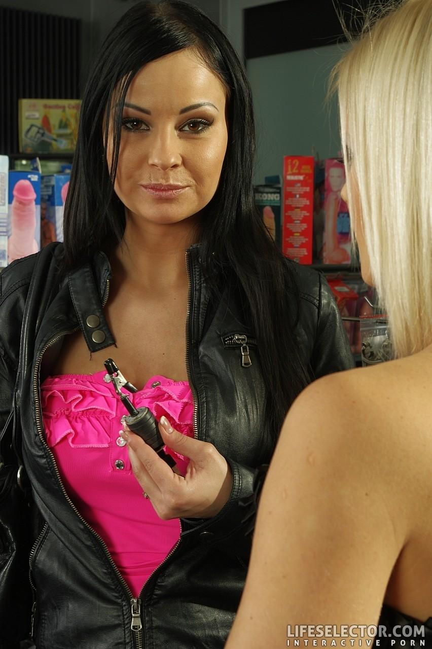 В элитном секс шопе понравившуюся игрушку можно испробовать с симпатичными девушками