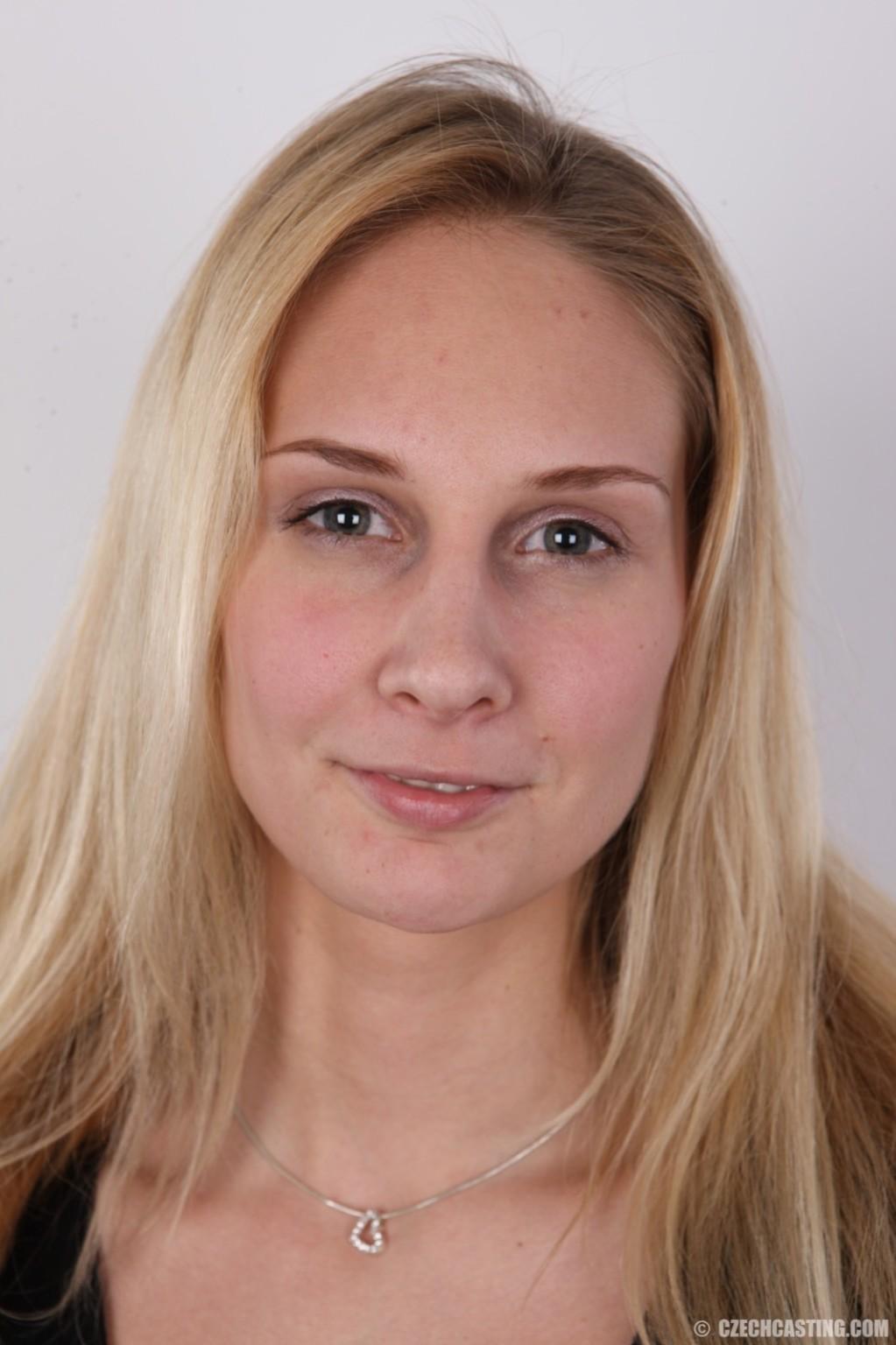 В чешском кастинге принимает участие одна блондинка, которая очень смело снимает с себя всю одежду
