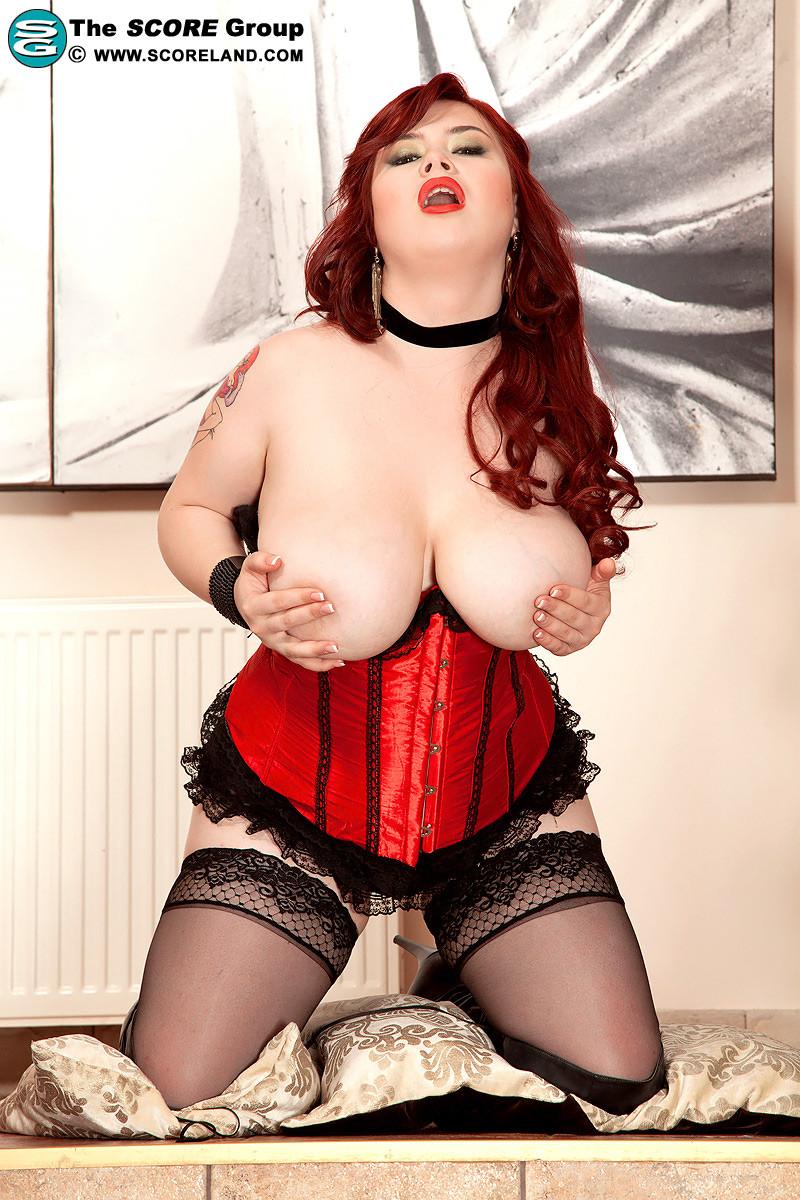 Эротическое белье на Роксане Миллер удачно подчеркивает ее красивые пухлые формы