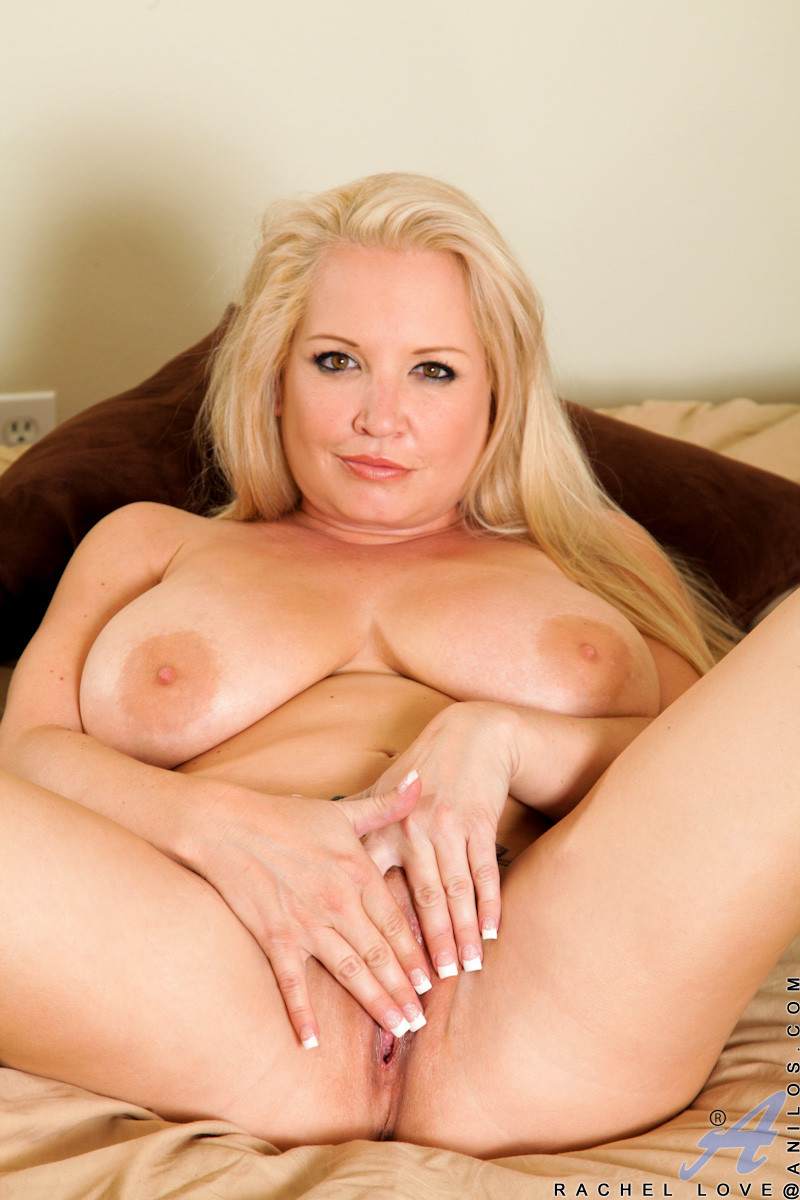 Блондинка с большими буферами раздевается перед камерой, показывая свое пышное тело