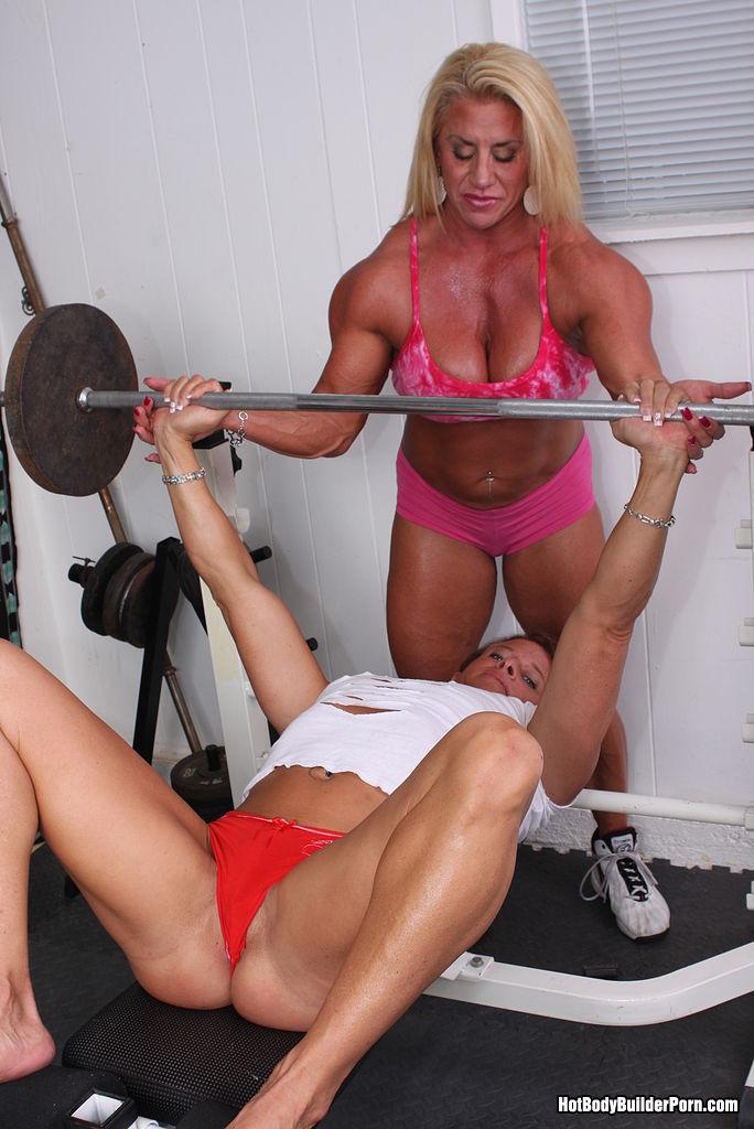 Два транса развлекаются друг с другом в спорт-зале, получая удовольствие от взаимных ласк