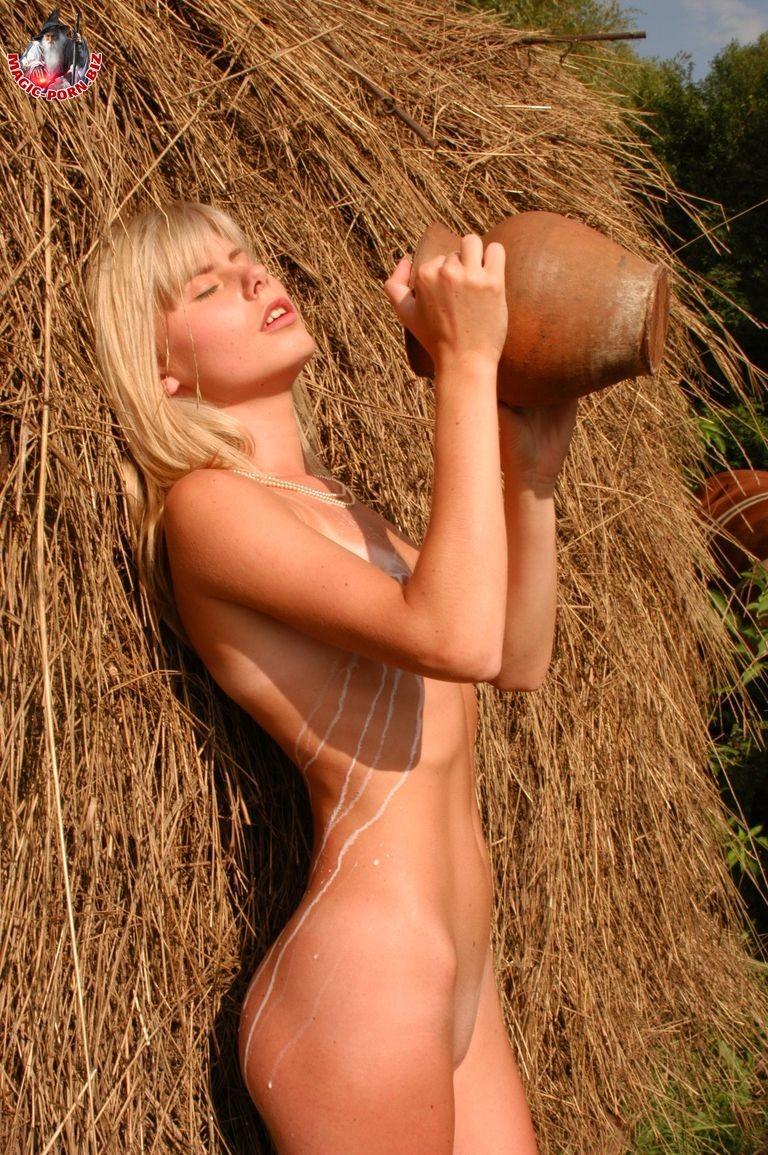 Худенькая блондинка оказывается на сеновале и поливает свое обнаженное тело молоком из кувшина