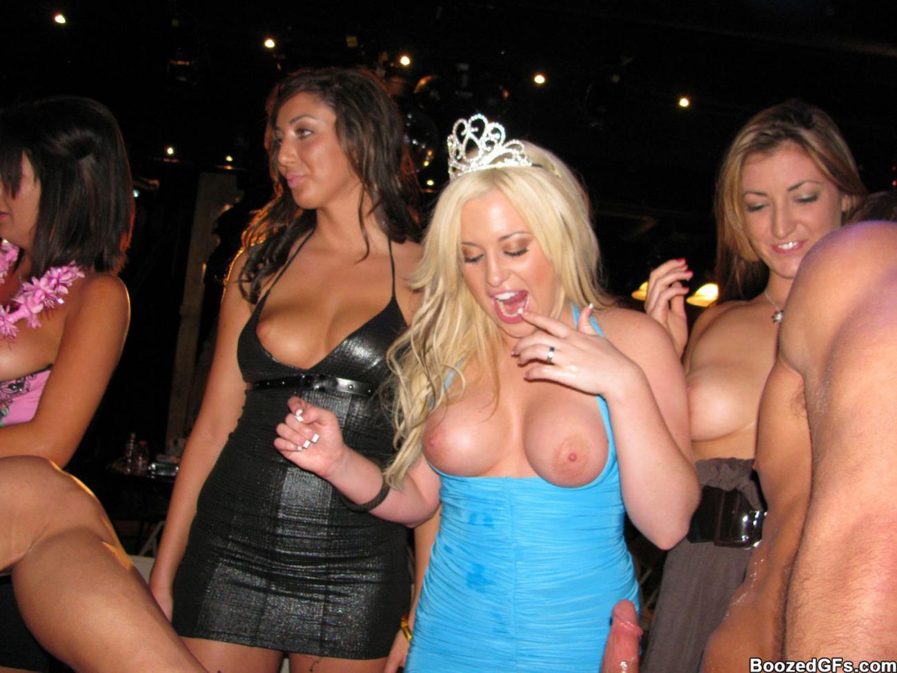 После тусовки молодые красотки развлекаются с парнями и их членами