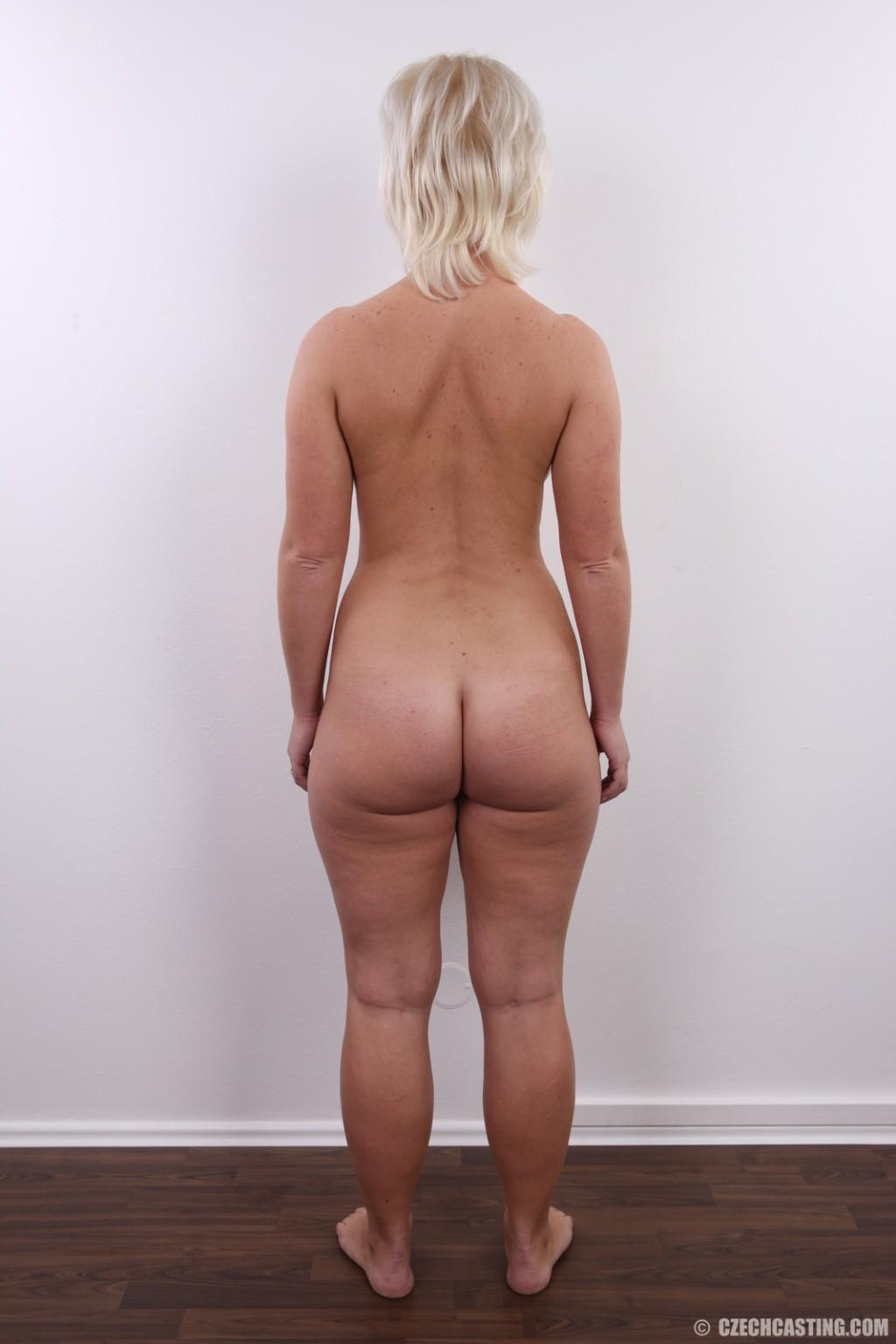 У коротко стриженой блондинки чувственно торчит клитор и требует к себе внимания