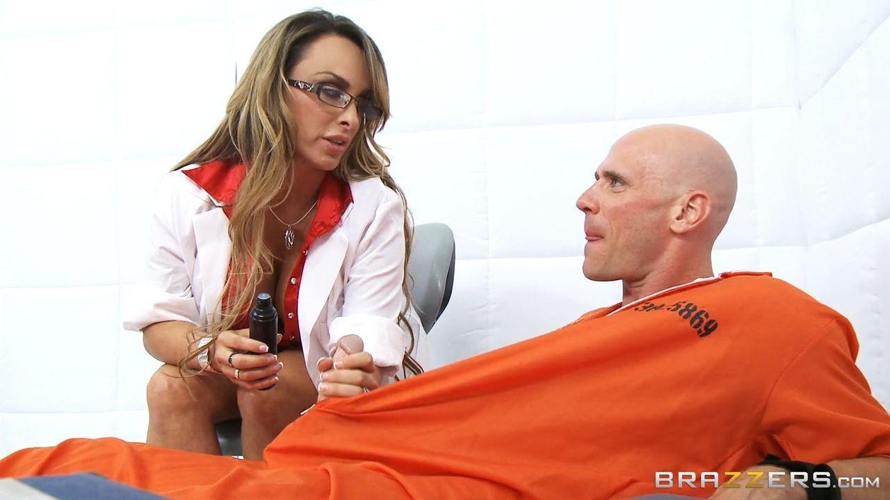 Сиськастая медсестра в тюрьме трахнулась с лысым зеком по заказу