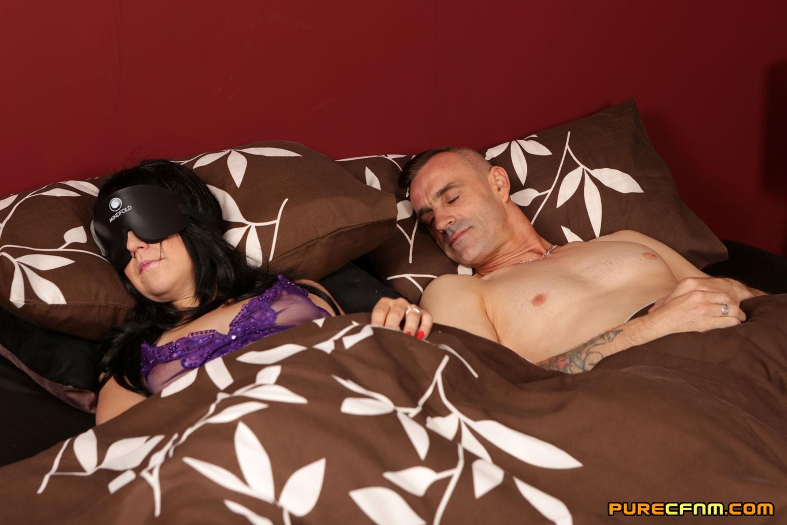 Пока жена уснула соседки по комнате делают минет её муженьку