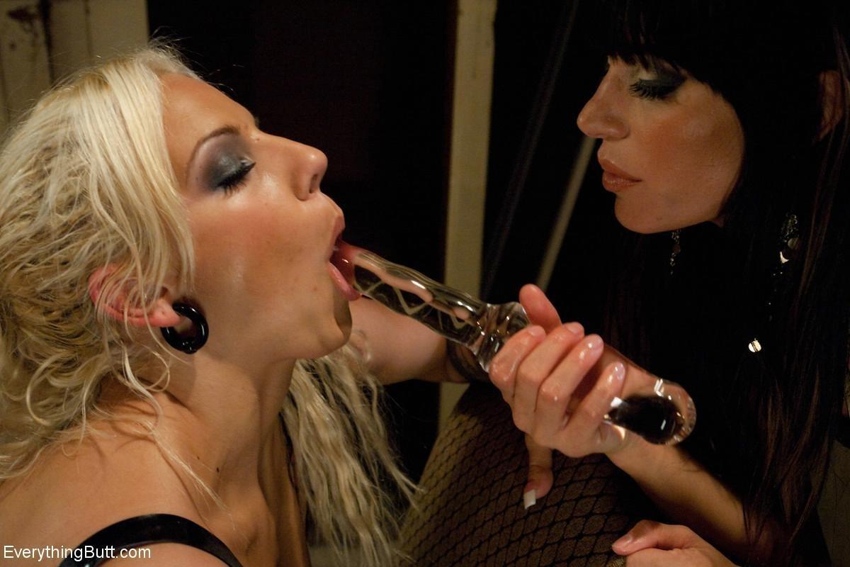 Блондинка с брюнеткой сначала наслаждаются обществом друг друга, а затем привлекают мужчину
