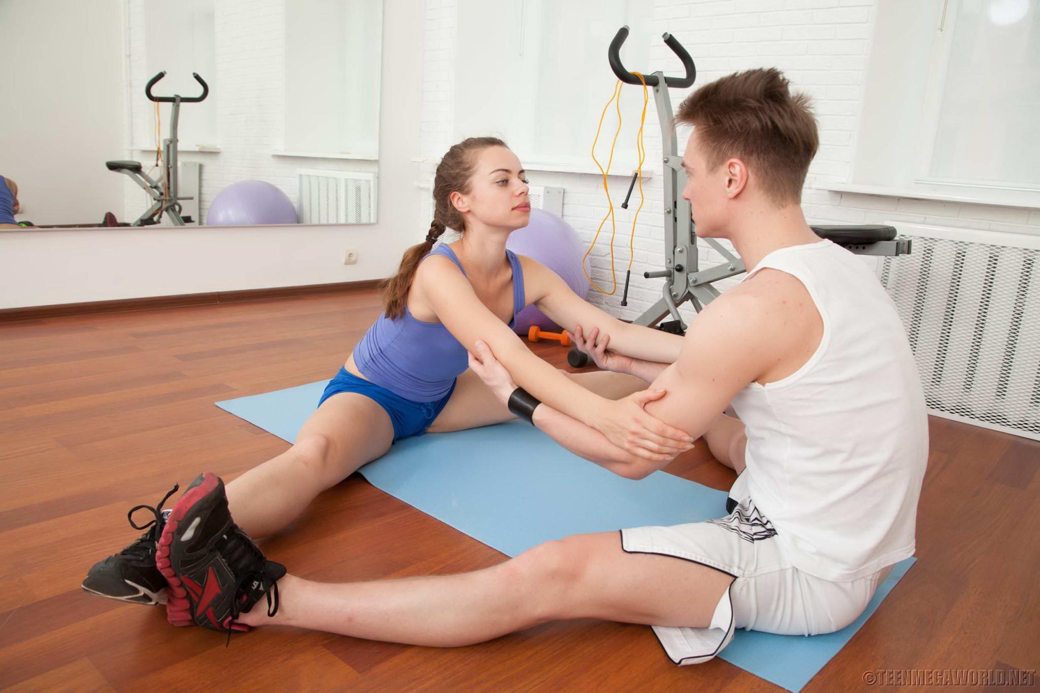 Девушка занимается спортом, но затем находит более интересное занятие в виде молодого человека