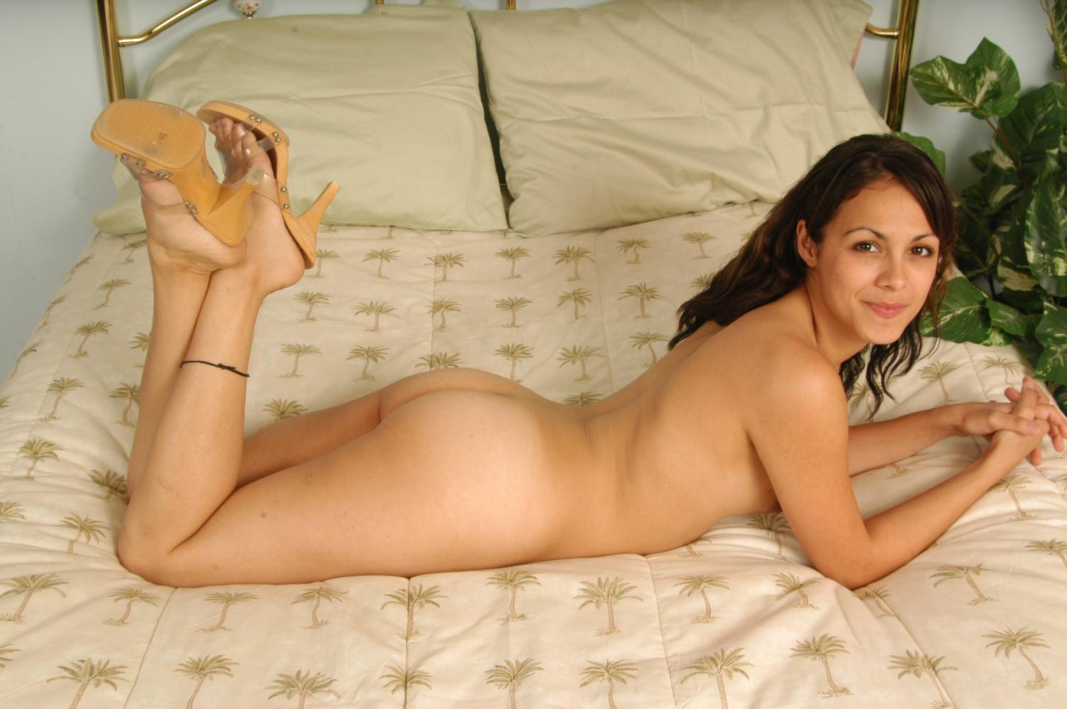 Милая латинка показывает свою небритую киску, широко раздвигая ножки перед камерой