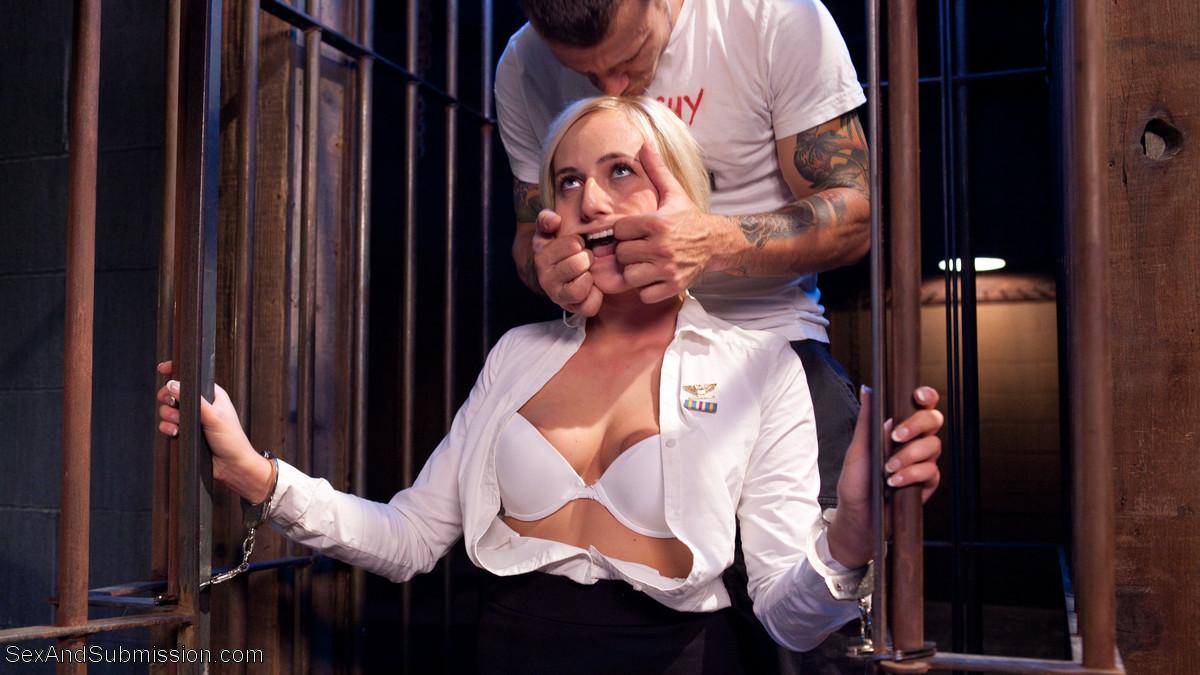 Кэйт приходит освобождать парня из тюрьмы, а он устраивает ей отличный секс с жесткими приемами