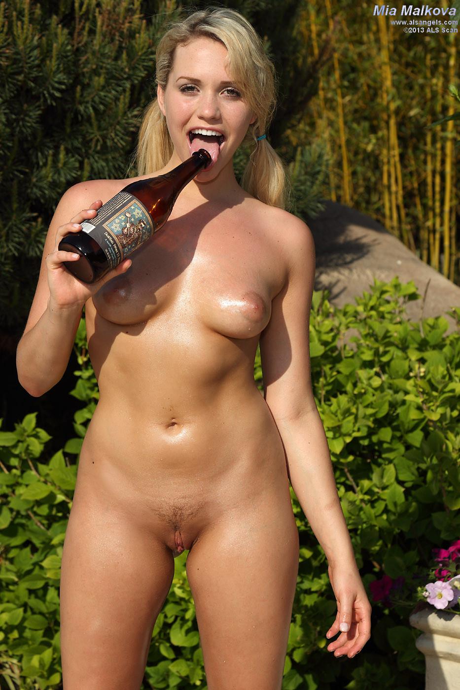 Миа Маликова подготавливает свою киску и вставляет в нее большую бутылку, насколько можно