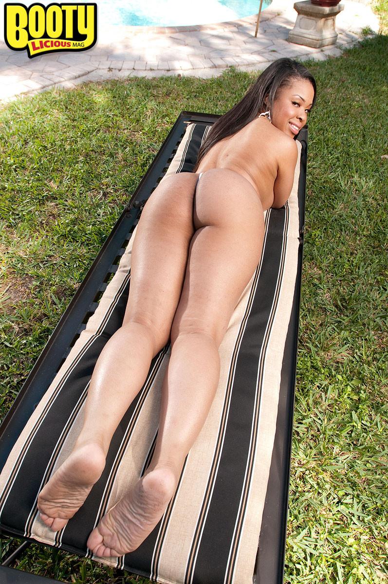 Пышная темнокожая женщина раздвигает ноги, чтоб показать свою пизду и может шокировать своими объемами