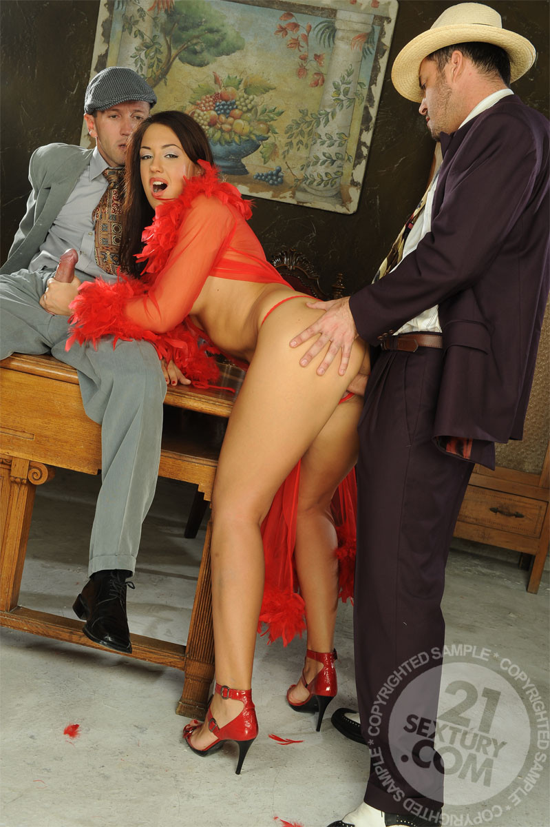 Развратная азиатка в красном платье ебется с таксистом и шефом в офисе