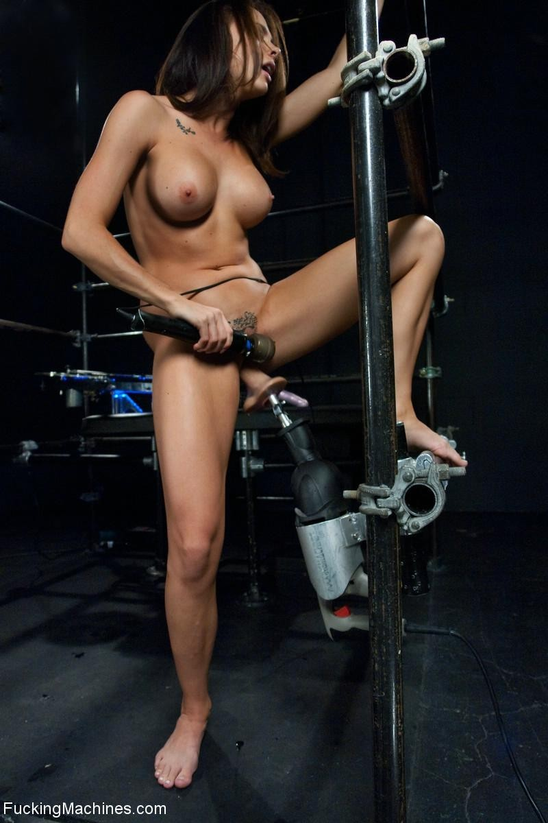 Девушка пробует на себе действие секс-машин