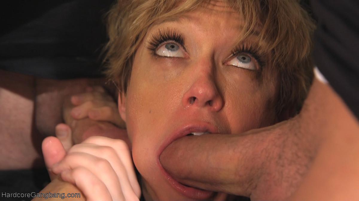Опытная дамочка принимает участие в сумасшедших оргиях и ей это очень нравится