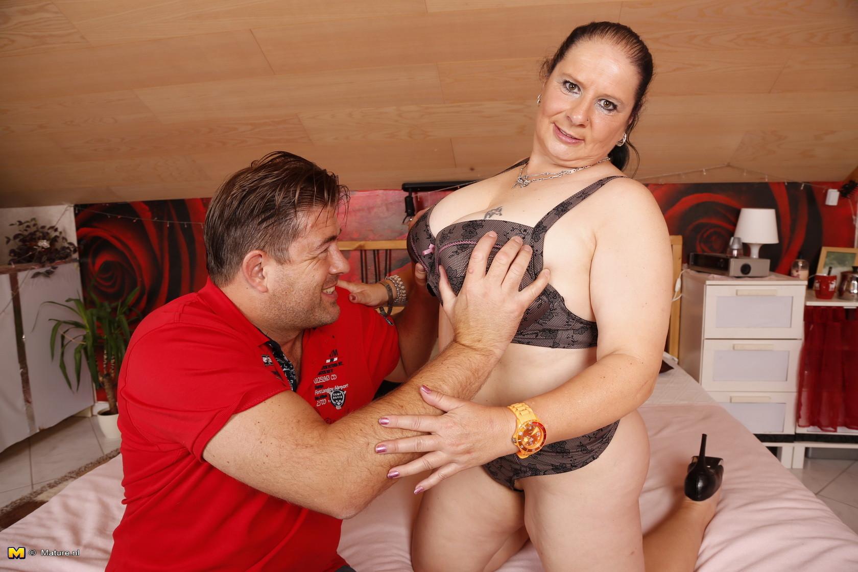 Зрелая женщина позволяет лапать себя за огромные буфера и, похоже, ей это очень нравится