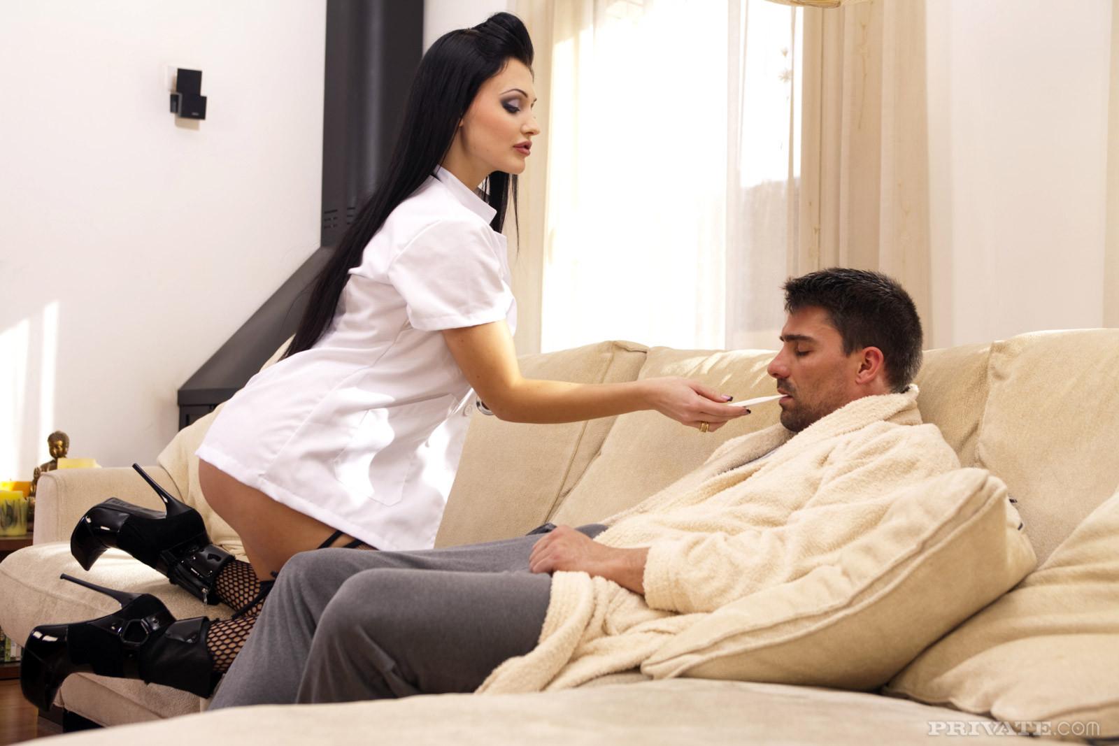 Алетта – сексуальная доктор, которая способна вылечить пациента с помощью своего тела и больших буферов