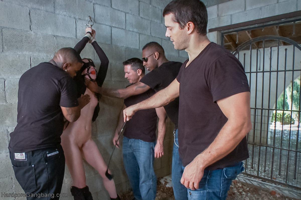 Агрессивная ебля телки с кучей мужиков с толстыми длинными членами